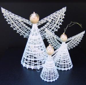 Engel til juletræet eller som borddekoration nr. 243. Pakket med 3 størrelser: 1 stk. 16/2, 1 stk. 40/2, 1 stk. 60/2. Arbejdstegning, foto og tekstside. Pris kr. 50,- + porto.