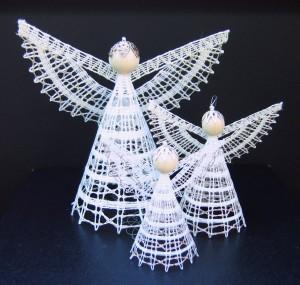 Engel til juletræet eller som borddekoration nr. 243A. Pakket med 3 størrelser: 1 stk. 16/2, 1 stk. 40/2, 1 stk. 60/2. Arbejdstegning, foto og tekstside. Pris kr. 50,- + porto.