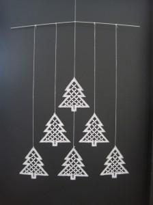 Mobile med juletræer nr. 271. kniplet i hør nr. 60/2. Monteringsvejledning og ophængsbøjle medfølger. Pris kr. 45.- + porto.